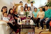 RODINA ODVEDLE spojila jedno nedělní odpoledne českou rodinu Vartových a vietnamskou rodinu Nguyenových. Projekt pořádá už pojedenácté organizace SLOVO 21. Letos se potkají české rodiny se svými sousedy z ciziny ve všech krajích české Republiky.