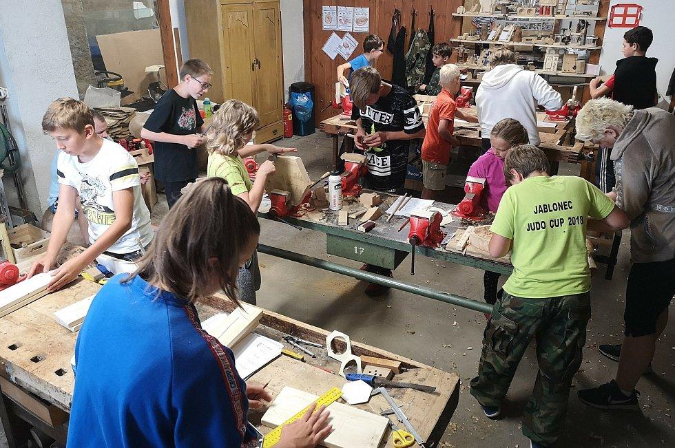 Šárka Hofrichterová učí děti lásku k manuální práci a materiálu. Chce vrátit dětem zručnost po celé republice.