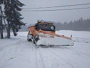 Sníh je nepřekvapí. Silničářům ale mnohdy komplikují práci zapadlá auta rekreantů.