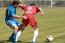 PŘÍPRAVA. V jednom z přípravných utkání porazili fotbalisté Hlavice polský Walbrzych 3:2. Na snímku se pokouší zastavit Michalak (v modrém) hlavického Patočku.