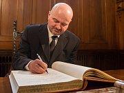 Syn Františka Peterky Michael se zapisuje do pamětní knihy