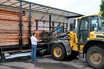 Dřevo vyrazilo ve středu odpoledne naložené v kamionu z pily v Oldřichově v Hájích.