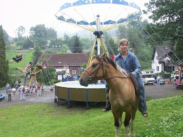 ÚDOLSKÁ POUŤ. I v minulých letech si návštěvníci Údolské pouti užili spoustu zábavy. V areálu byly kolotoče, tradiční řemeslníci, plno staročeských dobrot a sladkostí a dokonce i koně.