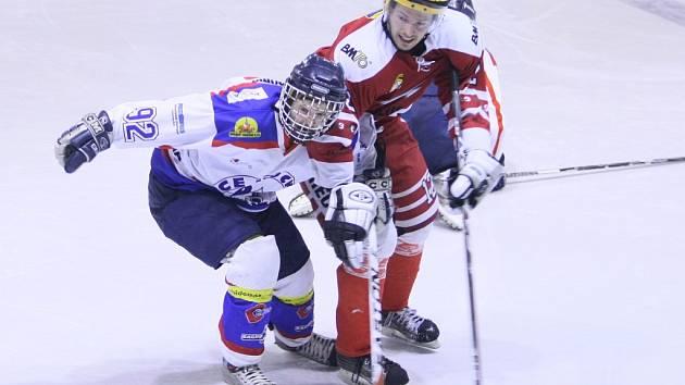 V bílém hráč PSK, vítězná VTJ je vpravo, borec v tmavém.