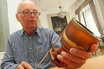 PŮJDE DO DRAŽBY. Expert výtvarného umění Jan Nízký právě vykoupil skleněné poháry.