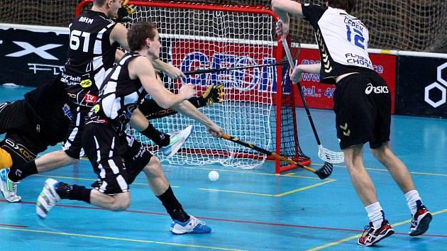 CHODOVSKÝ RADIM CEPEK (vpravo) střílí jeden z gólů hostů v extraligovém duelu v Liberci, který Pražané vyhráli 8:7.