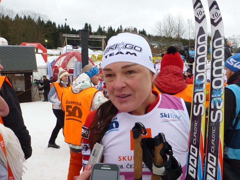 Zkrácenou Jizerskou padesátku vyhrál Pedersen, Řezáč byl sedmý. Na snímku z cíle závodnice Zuzana Kocumová.