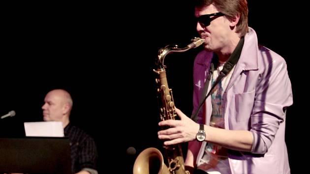 ONDŘEJ KLÍMEK hraje ve Vltavě na saxofon a příčnou flétnu téměř rok. Kapela tak mohla do repertoáru vrátit i starší hity, které stojí na dechových nástrojích.