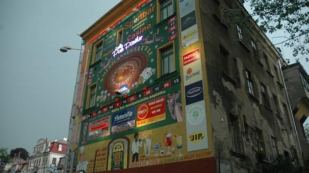 REKLAMY. Na památkově chráněných domech v jádru Liberce je stále velké množství reklam.