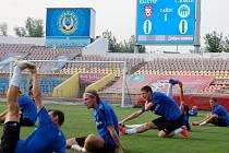 Zápas se blíží. Hráči v pondělí večer trénovali na stadionu Šachťoru Karagandy