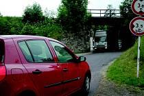 U VIADUKTU. Automobily musí  před viaduktem ve většině případů couvat.