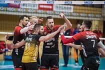 Volejbalisté Českých Budějovic se radují během třetího semifinále s Libercem.