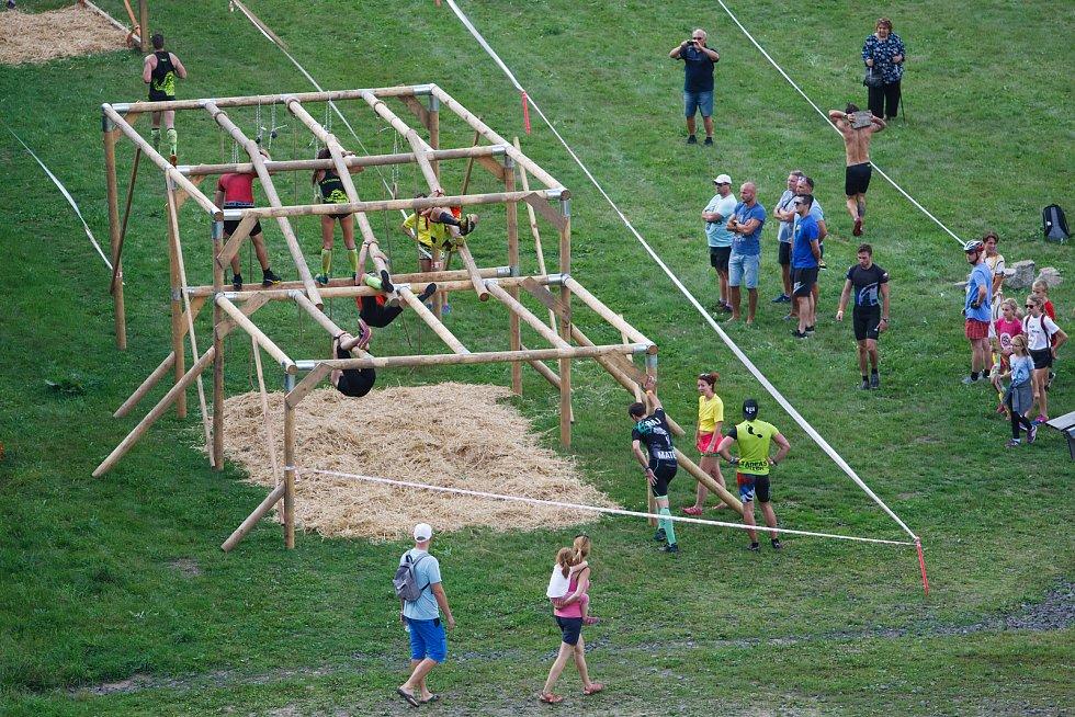 Závodníci zdolávají překážky pod můstky v Harrachově. Probíhá zde druhý ročník Mistrovství ČR v OCR.