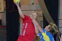 JEDEN Z GÓLŮ.  Jana Šteffanová střílí jeden ze svých čtyř gólů ve druhé lize žen.