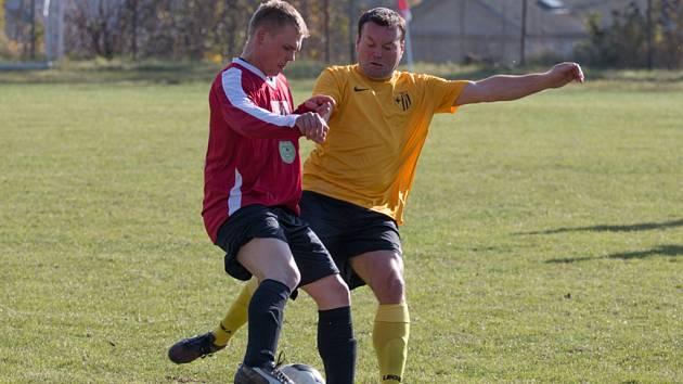 VRATISLAVICE ROZDRTILY HORNÍ ŘASNICI OSMI GÓLY. Na snímku z jednoznačného zápasu je vpravo vratislavický Tomáš Šidák, vlevo hostující Miroslav Dešt.