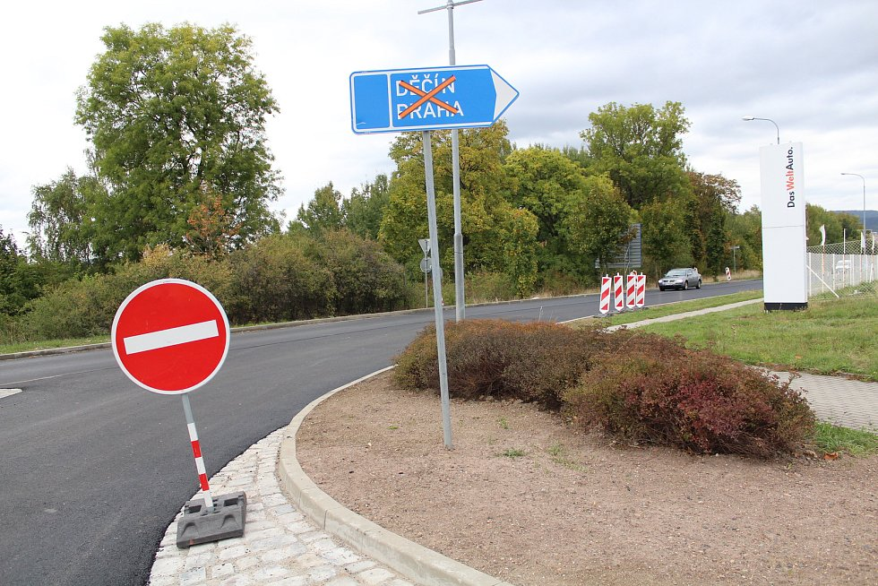 Mezi červencem a říjnem probíhá v Liberci rekonstrukce frekventované ulice České mládeže. Na snímku stav z 2. října 2018, týden před dokončením. Na snímku kruhová křižovatka s příjezdovou cestou k multikinu OC Nisa.