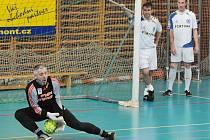 LADISLAV MAIER, někdejší Kovářův předchůdce ve slovaňácké brance, chytal včera za favorizovaný tým Štajny Star.