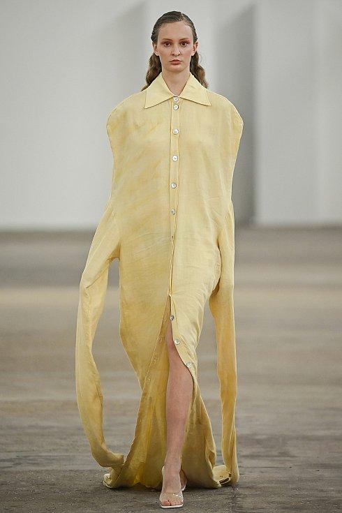 Kolekce Forsythia Pompido Michaely Šäfrové je inspirována Centre Pompidou ve Francii, které je charakteristické potrubím v exteriéru budovy, a to přenáším do oděvů obohacených o přírodně barvený materiál. Šperky vyrobila Jana Městecká.