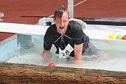 POSLEDNÍ PŘEKÁŽKA na Bootcamp Crossu byl bazének, ve kterém se všichni závodníci museli namočit od hlavy až k patě.