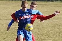 ZKLAMÁNÍ Z VÝKONU. Vpředu kryje míč liberecký útočník Matěj Káva, za ním je Martin Honiš z Ostravy.