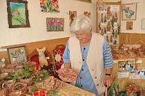 TVOŘIT SE DÁ ZE VŠEHO. Senioři vytvořili keramické ozdoby, obrazy, šperky nebo pletené a háčkované výrobky.