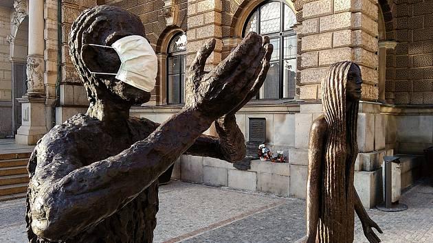 Socha Olbrama Zoubka před libereckou radnicí s rouškou.