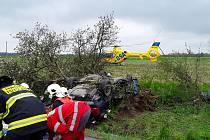 V Habarticích havarovalo auto. Pro zraněného člověka vzlétl vrtulník