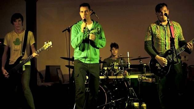Multižánrový večírek v Pivovarské hospodě ve Vratislavicích, kde si mimo jiných zahráli i liberečtí Skyburn - novinka na liberecké hudební náladotvorné popcore scéně.