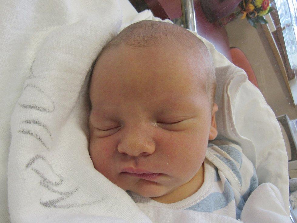 VÁCLAV HUŠEK Narodil se 31. října v liberecké porodnici mamince Miroslavě Huškové z Liberce. Vážil 4,22 kg a měřil 52 cm.