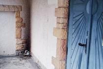OHÝNEK U ZDI. Někdo si udělal ohýnek v kryté, ale přístupné části kapličky. Proč, je záhadou, venku nejspíš pršelo, a tak jej nenapadlo nic jiného. Dveře na fotografii se staly terčem vandala loni, pokusil se je zapálit.