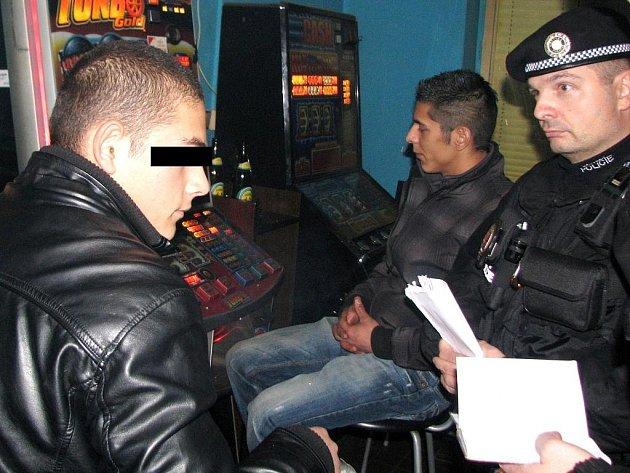 ZA HAZARDEM BEZ DOKLADŮ. Mladíka ze Slovenska bez dokladů vyhmátli strážníci v herně na Hanychovské ulici. Protože mu ještě není 18, nesmí být jeho podoba zveřejněna.