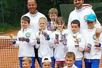 BABYTENISTÉ. Liberecký tenisový potěr s trenéry Hájkem a Trskem.