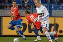 NÁVRAT DO BÍLOMODRÉHO DRESU. Jan Blažek toho na podzim 2007 mnoho nenahrál, přesto vsítil soupeřům Slovanu v lize tři góly. Jeden z nich Viktorii Plzeň a z tohoto zápasu je i snímek (Blažek v bílomodrém dresu vpravo).