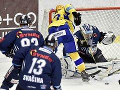 Liberecký brankář Roman Will zasahuje v dohrávce utkání 7. kola hokejové extraligy proti střele zlínského Filipa Chytila.