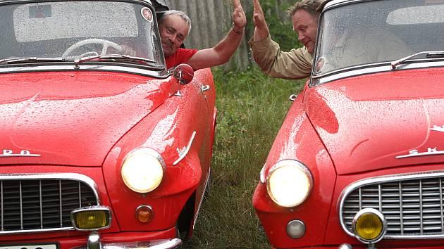 Sedmnáct posádek historických vozidel značky Škoda včera za deštivého podvečera vyrazilo na expedici, jejímž cílem je až Polární kruh. Účastníky čeká trasa dlouhá 5 tisíc kilometrů.