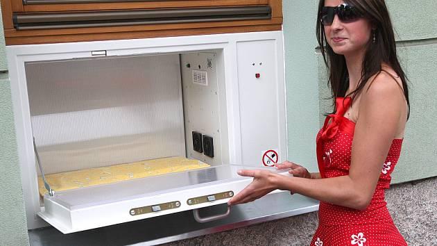 Babybox představila v areálu liberecké nemocnice Jana Sedláčková (na snímku), asistentka a vnučka duchovního otce projektu babyboxů Ludvíka Hesse.