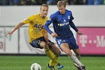 OFENZIVNÍ DRAK. Jan Blažek (vpravo) v nedávném ligovém utkání obchází teplického Antonína Rosu.