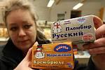 RUSKÉ ZBOŽÍ. Olga Matoušková ukazuje mléčné výrobky, které jsou typické pro ruské obchody.