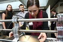 NANOELEKTRONIKA A NANOOPTIKA. Na tomto zařízení zkoumají vědci a studenti nové vlastnosti nanovláken pro technické a biologické účely. Na snímku Jana Bajáková.