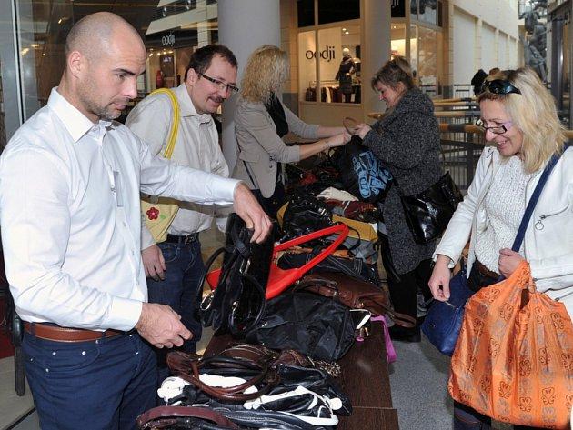 Druhý ročník Kabelkového bazaru vynesl přes třicet tisíc korun.