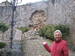 KASTELÁNKA Jana Pavlíková ukazuje na zborcenou zeď nad Rytířskou stezkou. Příčinou zřícení je patrně zatékající voda.