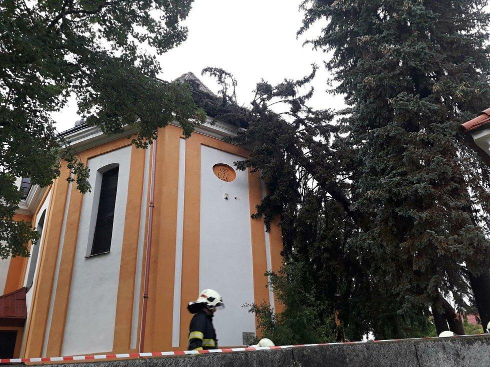 Ve Skalici u České Lípy spadl vzrostlý smrk na kostel sv. Anny, ze kterého hasiči evakuovali 12 osob.