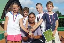 TENISOVÉ NADĚJE LIBERCE. Zleva: Gajdošová, Kareisová, Majšajdr, Málek. Pod nimi trenér Tomáš Ježek.
