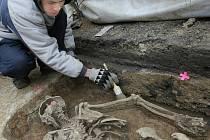 Dvacet centimetrů pod úrovní ulice Kostelní v Hrádku nad Nisou 700 let odpočívala středověká čarodějnice. Břichem a obličejem dolů a vně hřbitovních zdí ve středověku pohřbívaly osoby vymykající se tehdejším normám.