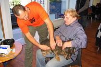 VETERINÁŘ A ŘEDITEL ZOO LIBEREC David Nejedlo očkoval zvířata, která patří lidem bez domova, už potřetí.