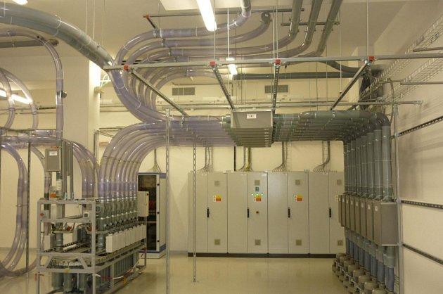 Strojovna potrubní pošty je moderní zařízení ovládané počítačem.