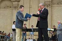 Ředitel liberecké Základní umělecké školy Tomáš Kolafa (vlevo) jel se svými žáky také do Prahy, kde děti koncertovaly přímo ve Valdštejnské zahradě.
