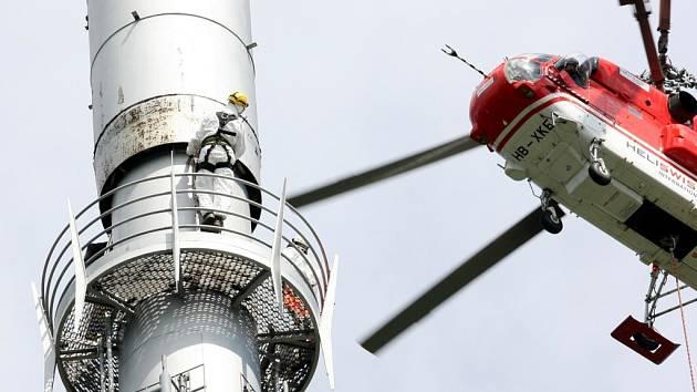 Výměna starého vysílače na Ještědu. Složitá a náročná operace, kterou prováděla specializovaná firma ze Švýcarska si vynutila rozsáhlá bezpečnostní opatření a uzavření vrcholu hory pro veřejnost.