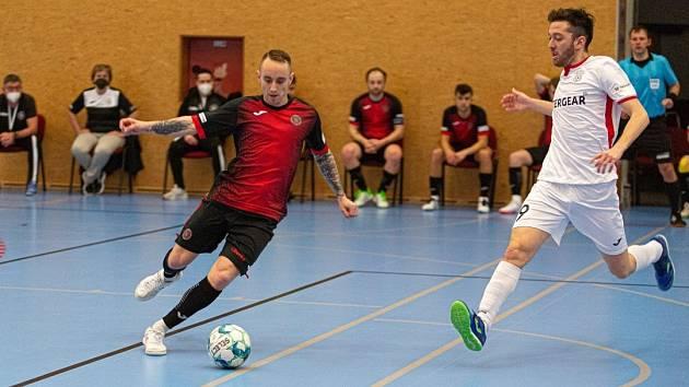 FAVORIT NEZAVÁHAL. Futsalisté Chrudimi (v bílém) potvrdili v Liberci roli favorita a ujali se vedení 2:0 na zápasy.