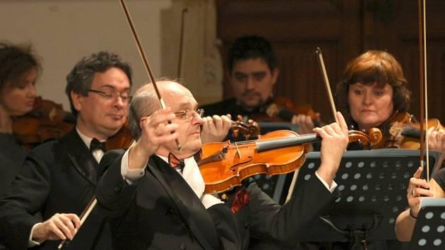 V rámci benefičního koncertu vystoupil Český národní symfonický orchestr se svými sólisty.